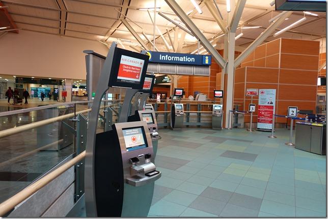 空港の自動チェックイン機の利用方法。エアカナダでセルフチェックイン。